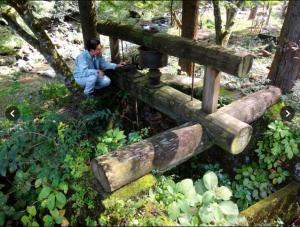 旧作手村の巴川沿いには多くの遺構が残る。山あいの小林集落には大きな水車が残っていた=愛知県新城市作手高松島